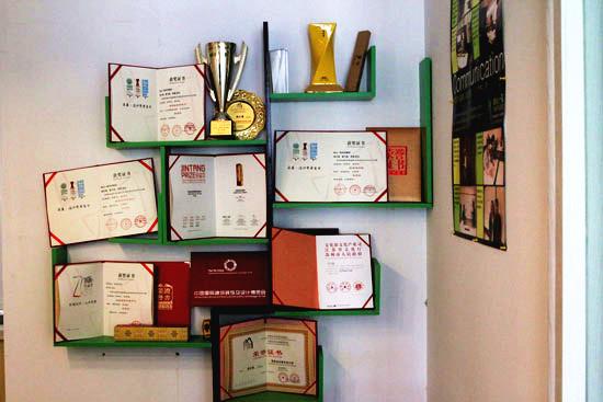 設計團隊屢獲殊榮 滿滿一墻的獲獎證書
