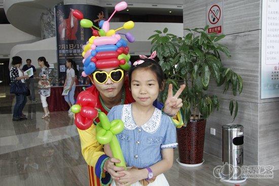 和小朋友互动也很亲切,多彩的气球扭成一个个充满童趣的卡通造型,小花