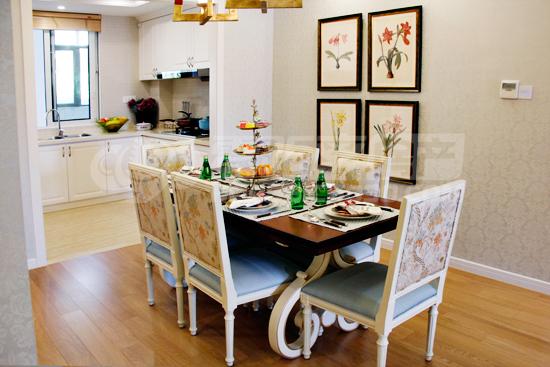 餐厅实景   厨房靠近餐厅,取餐备餐更为方便。U型厨房更大程度利用空间,大窗设计,采光通风都较为优良,厨房角落位置留有空间供摆放冰箱。
