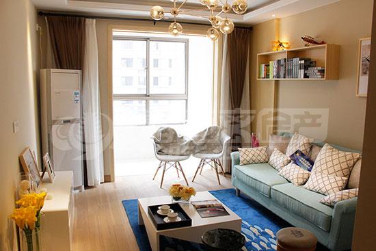 客厅右侧通向主卧,主卧带飘窗,南侧窗户视野宽阔,且配有三层玻璃