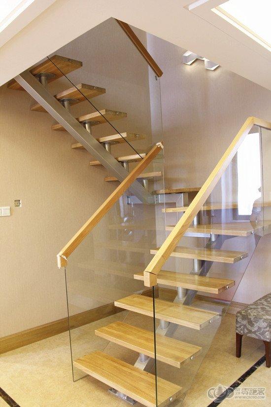 通往二层空间的钢结构楼梯