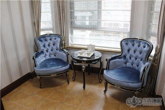 欧式风格的家具,水晶吊灯等,此外,9米餐客厅横向排布,270°八角窗阳台
