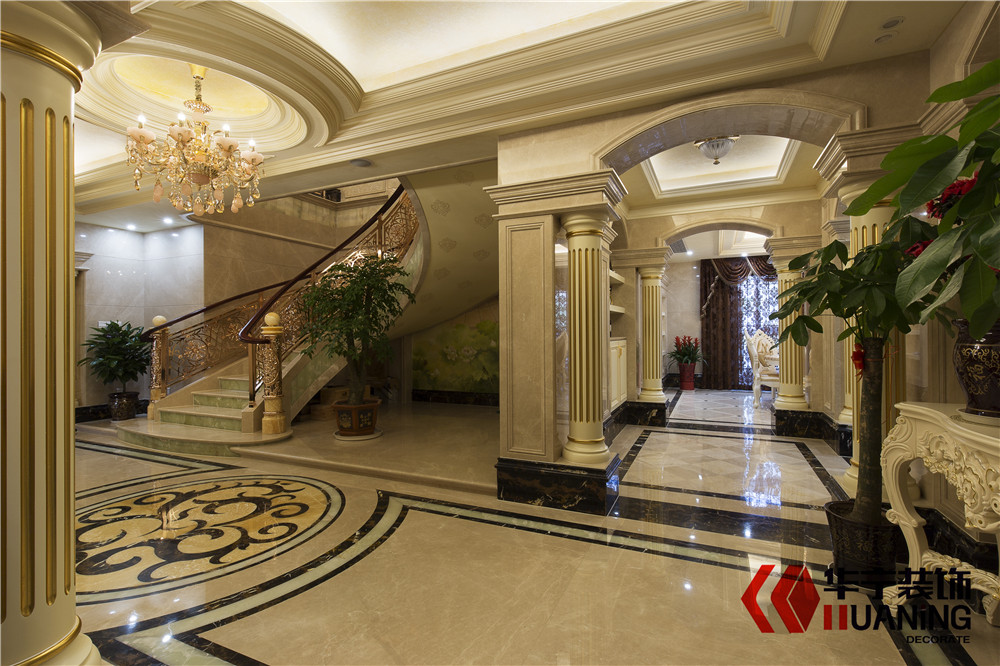 本案为典型的欧式风格装修,以华丽的装饰、精美的造型达到雍容华贵的效果。客厅的大部分处在挑空结构之下,大面积的玻璃窗带来了良好的采光,落地的窗帘很是气派。真皮沙发组合有着高贵的质感以及流畅的曲线,将传统欧式家居的奢华与现代家居的实用性完美结合。壁炉自然不可或缺,它被安置在空间结构的交汇处,为敞开式的客厅提供了一个视觉中心。穹顶造型的吊顶以及典型的罗马柱装饰,都为这一空间营造出浓浓的古典气息。欧式的居室有的不只是豪华大气,更多的是惬意和浪漫。通过完美的典线,精益求精的细节处理,带给家人不尽的舒服触感,实际