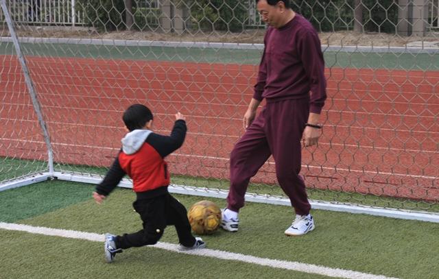 11月23日,逗点宝宝的爸爸妈妈们一早就来到常熟体育中心足球场,当天