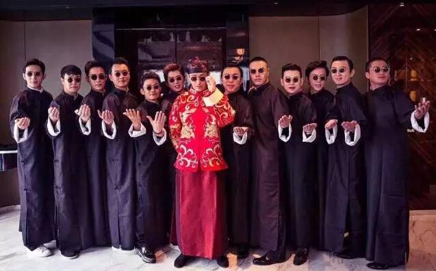 【婚礼豪华明星阵容】 17时30分,黄晓明将和Angelababy在上海展览馆举行婚礼。出席这场婚礼的明星多达数百人,而百位明星将完成一个半小时的红毯走秀,几乎完全可以媲美上海国际电影节。王思聪、小沈阳、黄渤、李云迪、林昕阳组成豪华伴郎团,伴娘则由倪妮、何超盈等担任,小萝莉王诗龄当花童。除了星光闪闪的伴娘伴郎团,李小璐贾乃亮夫妇、赵薇、李冰冰、何炅、TFBOYS、杜淳、李亚鹏、李湘王岳伦一家三口、陈学冬、黄奕、天亮、吴亦凡、鹿晗等也将如约出席。