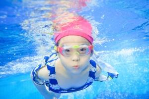 双认证教练 饮用水标准 快来体验风靡明星圈的亲子游泳