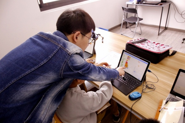 让孩子边玩边学 雄孩子机器人少儿编程体验