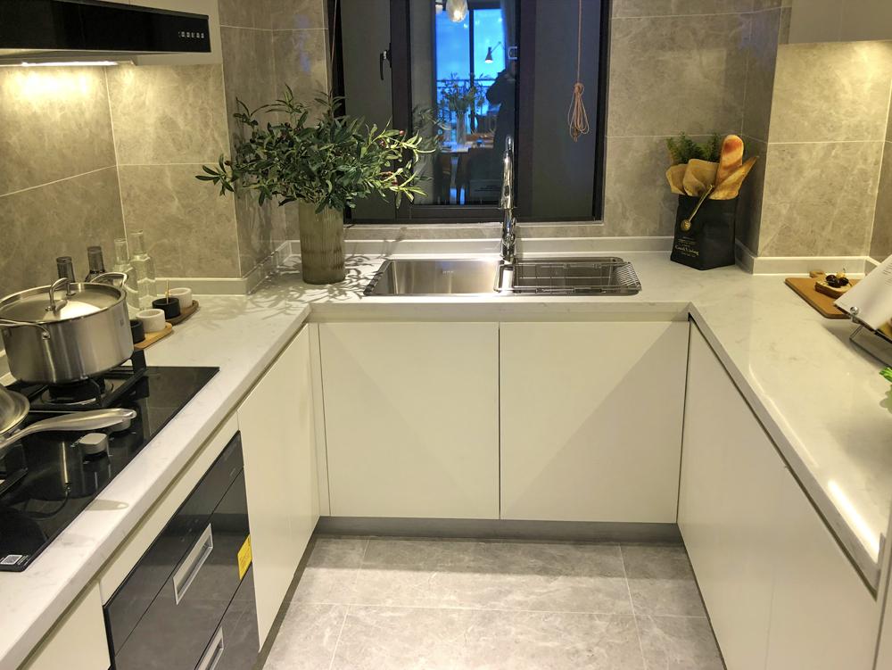 客厅,餐厅以及厨房之间一条直线设计,基本没有遮挡,再加上双阳台的